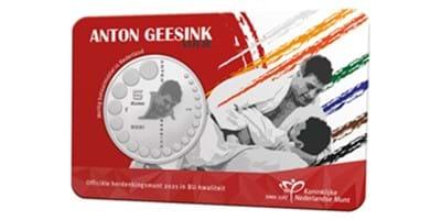 Noel van 't End slaat op Olympic Day eerste Anton Geesink-herdenkingsmunt