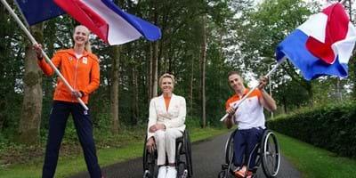 Fleur Jong en Jetze Plat dragen vlag openingsceremonie Paralympische Spelen