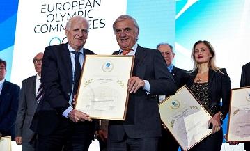André Bolhuis krijgt award van EOC